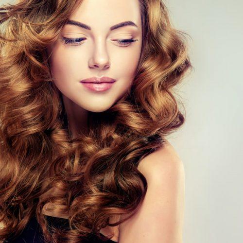 modella con capelli rossi e mossi e voluminosi